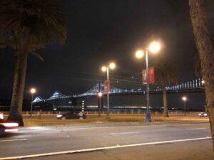 夜のサンフランシスコオークベイブリッジ